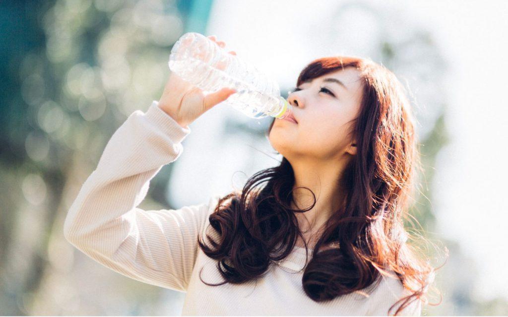 コップ一杯の水を飲む(内臓がの動きが良くなる)